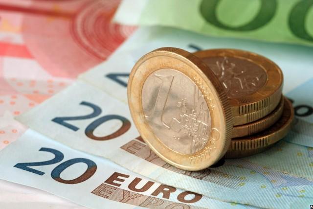 Курс евро опустился ниже 74 рублей