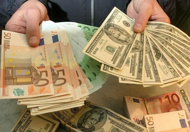 Доллар упал ниже 76 рублей днем в четверг