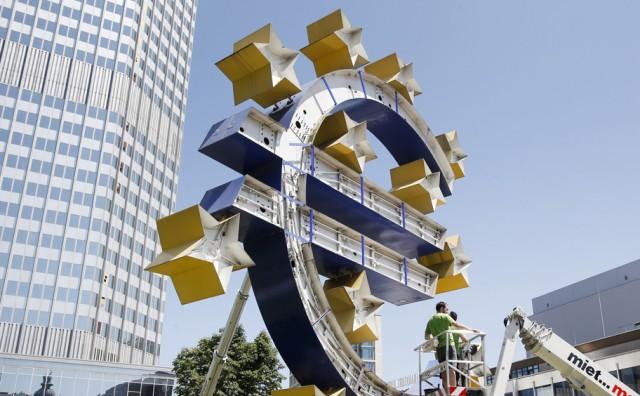 Евро взлетел выше 90 рублей. Доллар обновил очередной исторический максимум, подорожав до 82 рублей