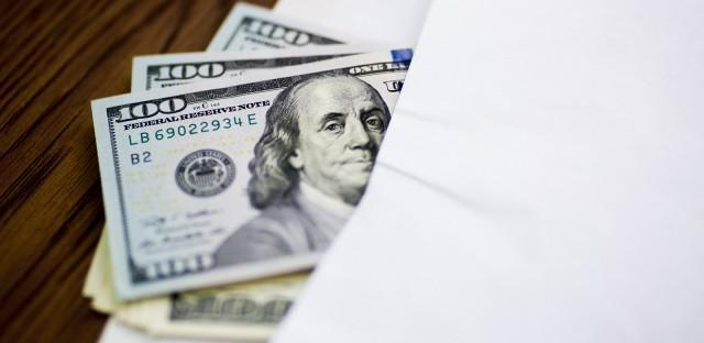 Рубли сбрасывают со счетов. В январе граждане потратили все доходы на товары и валюту