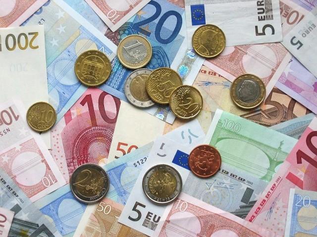 Евро потерял 70 копеек к рублю по официальному курсу ЦБ