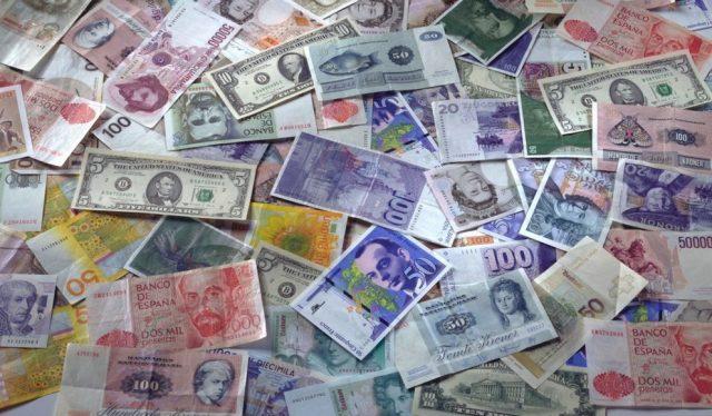 Доллар и евро сравняются в цене. В какой валюте тогда хранить сбережения?