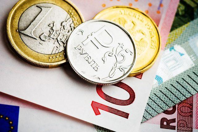 Евро упал до минимума за год