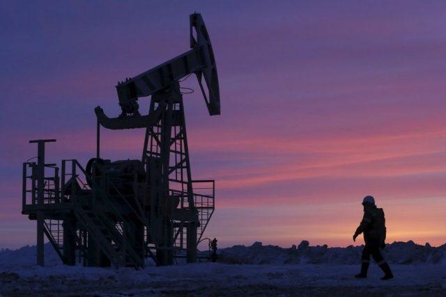 Цена на американскую нефть упала ниже 40 долларов впервые с 20 апреля