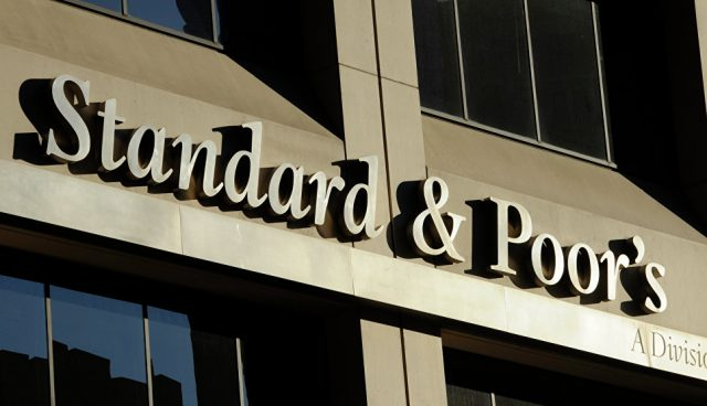 S&P улучшило прогноз по кредитным рейтингам РФ до стабильного