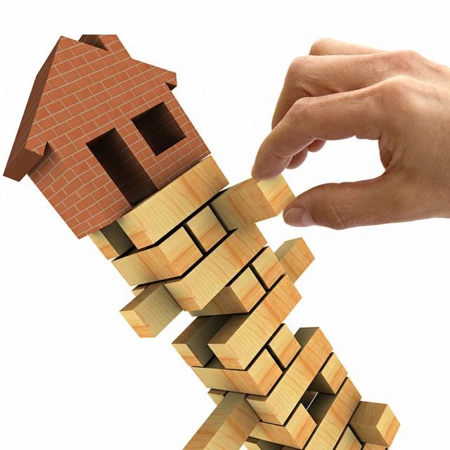 Российская недвижимость дешевеет в долларах и рублях
