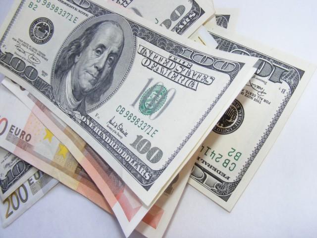 Доллар укрепил позиции. Рубль держится за счет экспортеров