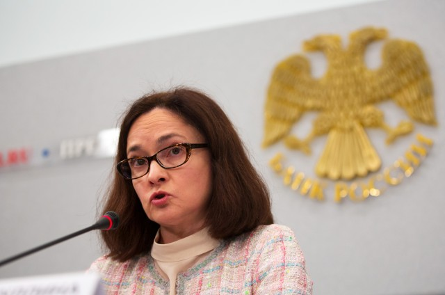 ЦБ не станет ослаблять рубль, снижая ключевую ставку