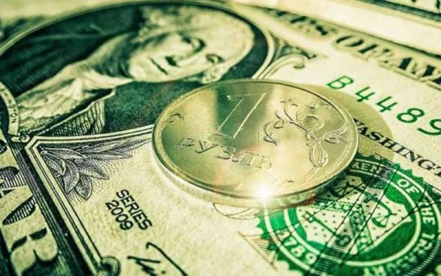 Рубль чуть потеснил доллар и отступил перед евро