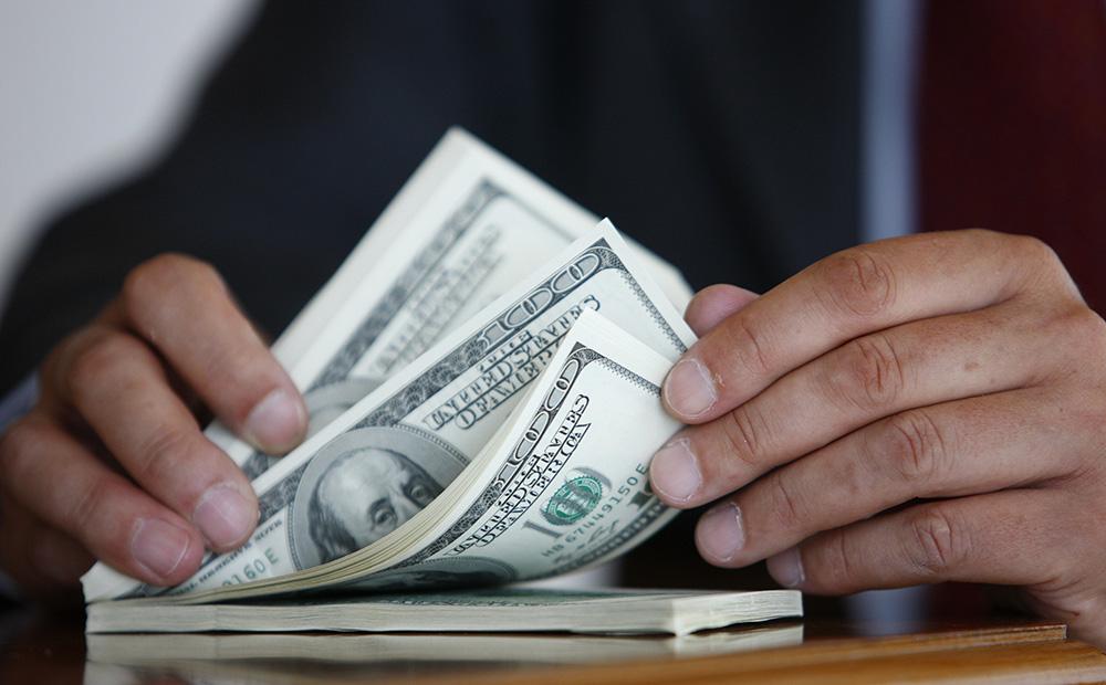 Курс доллара на открытии торгов Московской биржи снизился на четыре копейки до 64,55 рубля