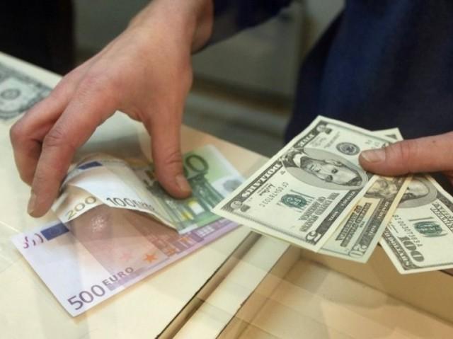 ЦБ РФ зафиксировал резкое увеличение спроса населения на валюту в октябре