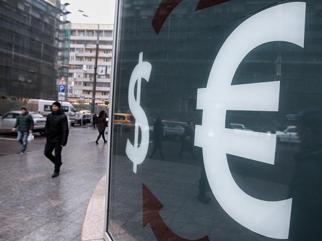 Рубль начал год ростом к доллару и евро