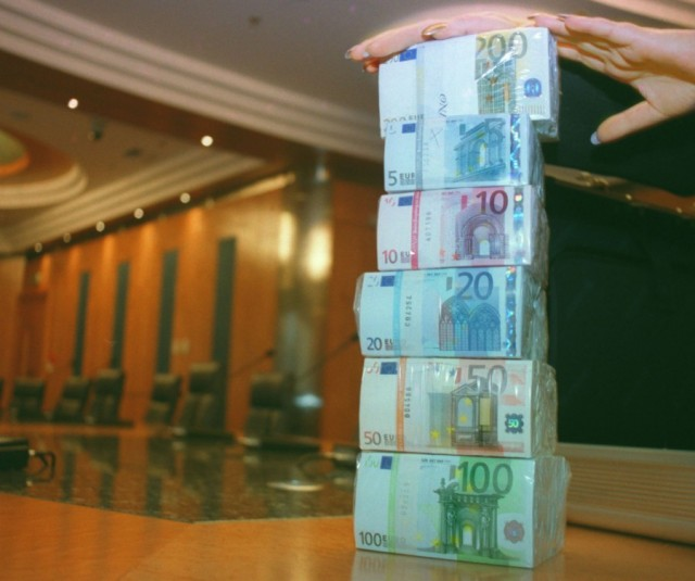 Евро на бирже взлетел на два рубля