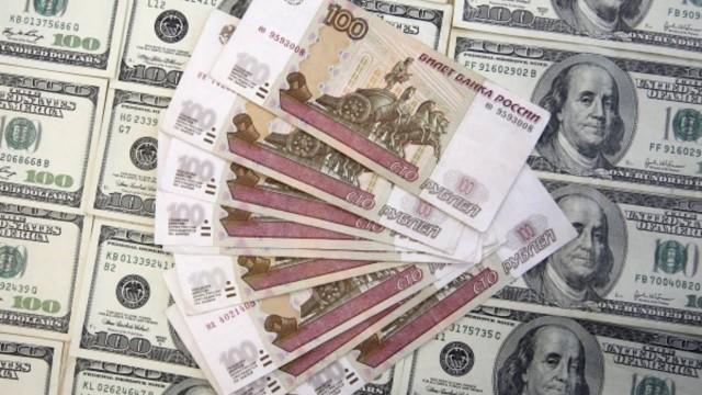 Рубль снизился к доллару и евро утром в среду
