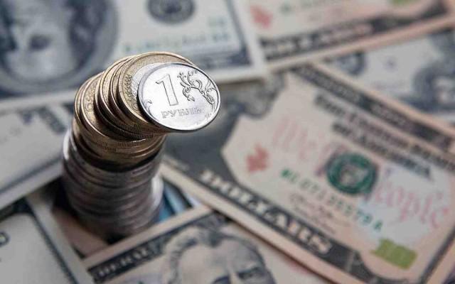 Рубль немного снизился к доллару и евро в пятницу утром