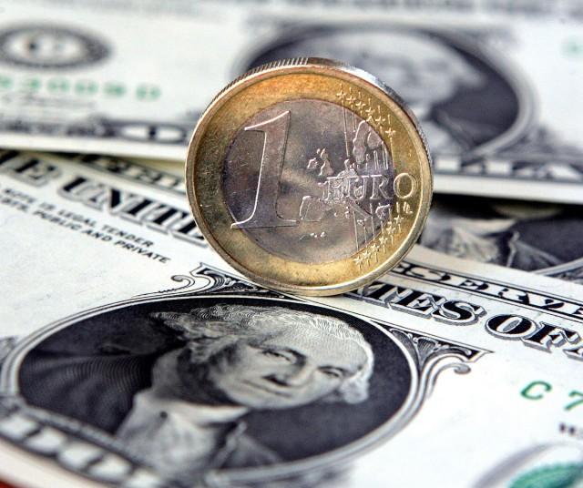 Курс доллара к рублю на открытии торгов вырос на 50 копеек до 75,93 рубля