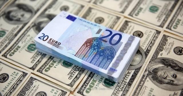 Доллар и евро снизились на Московской бирже в начале торгов среды, рубль укрепился на фоне оптимизма глобальных рынков и повышения мировых цен нефти.