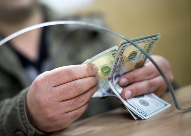 Россиян обнадежили долларом по 57 рублей