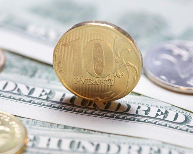Рубль снизился к доллару и евро во вторник при открытии торгов