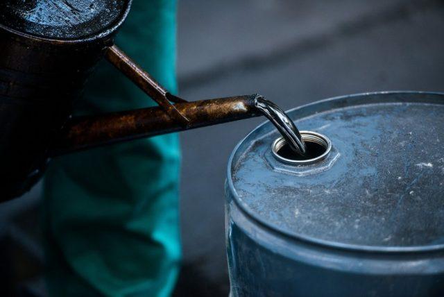 Цены на нефть упали ниже 50 долларов за баррель