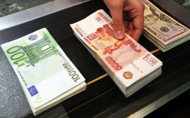 Рубль укрепился к доллару и евро при открытии торгов в четверг