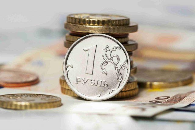 Рубль снизился к доллару и евро при открытии торгов в понедельник