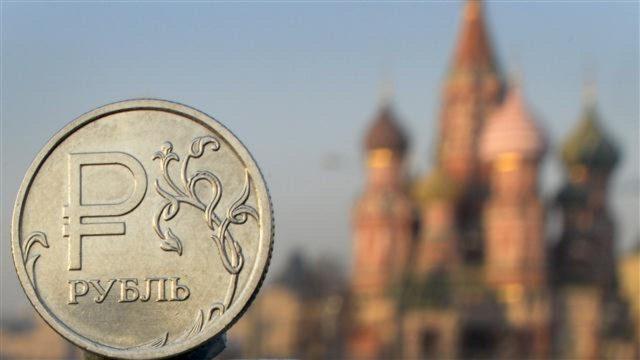 Рубль после окончания налоговых выплат вновь привязался к нефти
