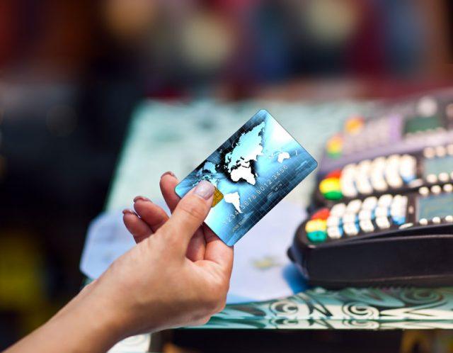 Ничего наличного. Под елкой многие в этом году найдут банковские карты с предоплатой