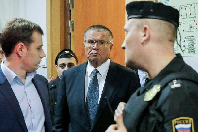 Куда положено. Стоит ли россиянам учиться бережливости у попавшегося на взятке Улюкаева