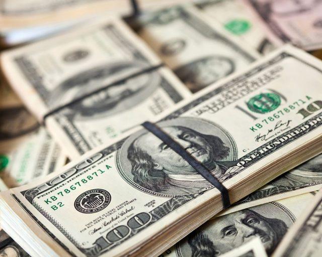 Доллар впервые с июля 2015 года опустился ниже 59 рублей
