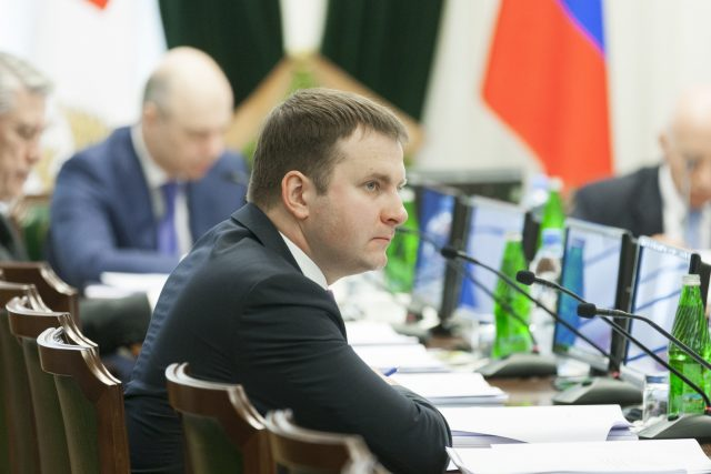 Рубль продолжил снижаться на фоне дешевеющей нефти и заявлений Орешкина