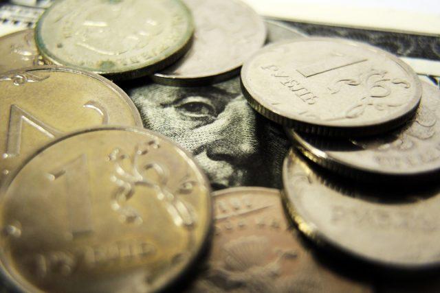 Титов опасается оттока капитала и резкого падения рубля из-за его переоцененности