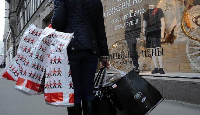 Потребительская уверенность россиян выросла до максимума 2015 года