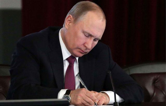Путин увидел угрозу экономической безопасности РФ в
