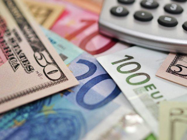 Рубль незначительно изменился к доллару и евро при открытии торгов в среду