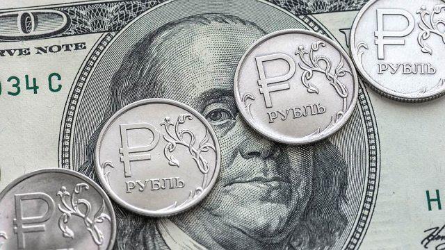 Райффайзенбанк спрогнозировал подорожание доллара до 65 рублей