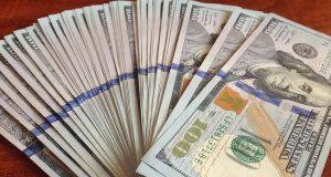 Банки РФ видят оживление покупок валюты населением из-за волатильности рубля