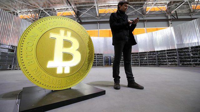 Технический анализ рыночных котировок биткоина показывает, что самая популярная криптовалюта может обвалиться еще сильнее, вплоть до 2,8 тысячи долларов. Об этом сообщает Bloomberg.