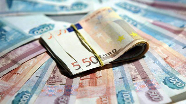Банк России поднял курс евро почти на пять рублей