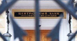 Совет директоров Банка России в пятницу, 26 апреля, принял решение сохранить ключевую ставку в размере 7,75% годовых, что соответствует ожиданиям рынка.