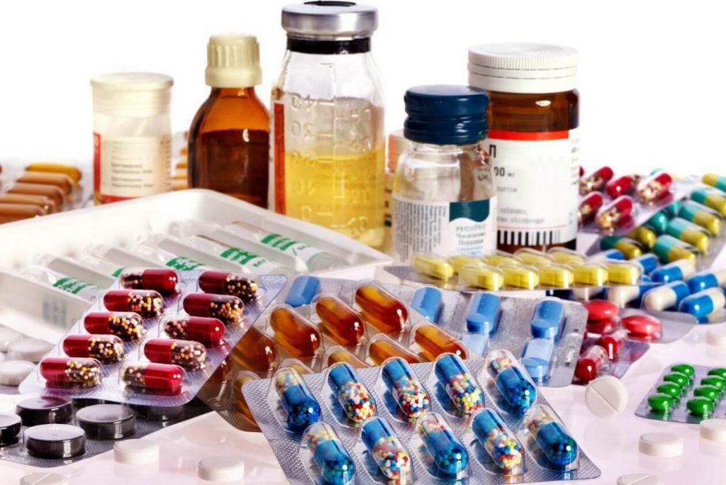 В следующем году лекарства в России могут подорожать на 10%. Заметнее всего прибавят в цене импортные препараты. По словам главы Аптечной гильдии Елены Неволиной, резкий скачок курса произошёл ещё летом, но только сейчас продавцы исчерпали складские запасы фармацевтических товаров, приобретённых по прежнему курсу, и готовы поднимать цены. Она также отметила, что если в ближайший месяц рубль вновь укрепит позиции, то повышения цен удастся избежать. Вместе с тем ещё одним фактором роста цен может стать повышение с 2019 года в России НДС до 20%. Несмотря на то что на лекарства изменение налога не распространяется, у компаний вырастут счета за транспортные услуги и другие расходы, которые могут привести к подорожанию медицинских препаратов. Текущие тренды Резкий скачок цен связан с дефицитом препаратов. Это типично для редких и дорогостоящих лекарств, которые импортируются в страну для определенного круга лиц. Заказ таких лекарств производится потребителями заранее, при полной или частичной предоплате. Острая нужда (особенно для больных, которые вынуждены покупать лекарства для сохранения жизнеобеспечения) приводит к монополизации рынка, где продавец уверен, что потребитель будет покупать товар даже при увеличении стоимости на 15-20% за сезон. Но в 2019 году резкое повышение ожидается не только среди редких лекарств: обязательная маркировка в 2019 году приведет к тому, что аптеки будут вынуждены закупаться оборудованием, стоимость которого для производственных организаций составит несколько миллионов рублей. Как изменятся цены на лекарства в 2019? Аналитики рынка отмечают, что резкого скачка цен 2018 году не будет, но постепенный рост медикаментов по-прежнему сохранится. Планируемое увеличение цен не будет превышать средний по стране уровень инфляции и останется на уровне 3-5%. Тем не менее, ожидается увеличение цены на недорогие препараты в связи с поддержкой конкуренции для «продвинутых» брендов. Дешевые аналоги медикаментов подорожают, в среднем, до 15%. Влияние внеш