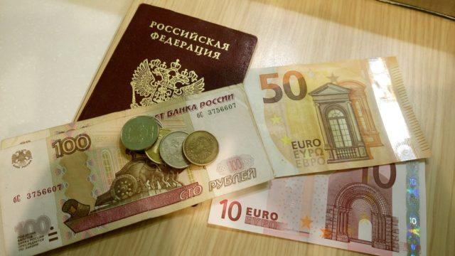 Центробанк РФ опубликовал новый курс доллара и евро